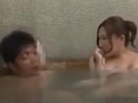 夫婦仲良く混浴中に洗い場にいる夫の後ろでワニさんに悪戯される妻